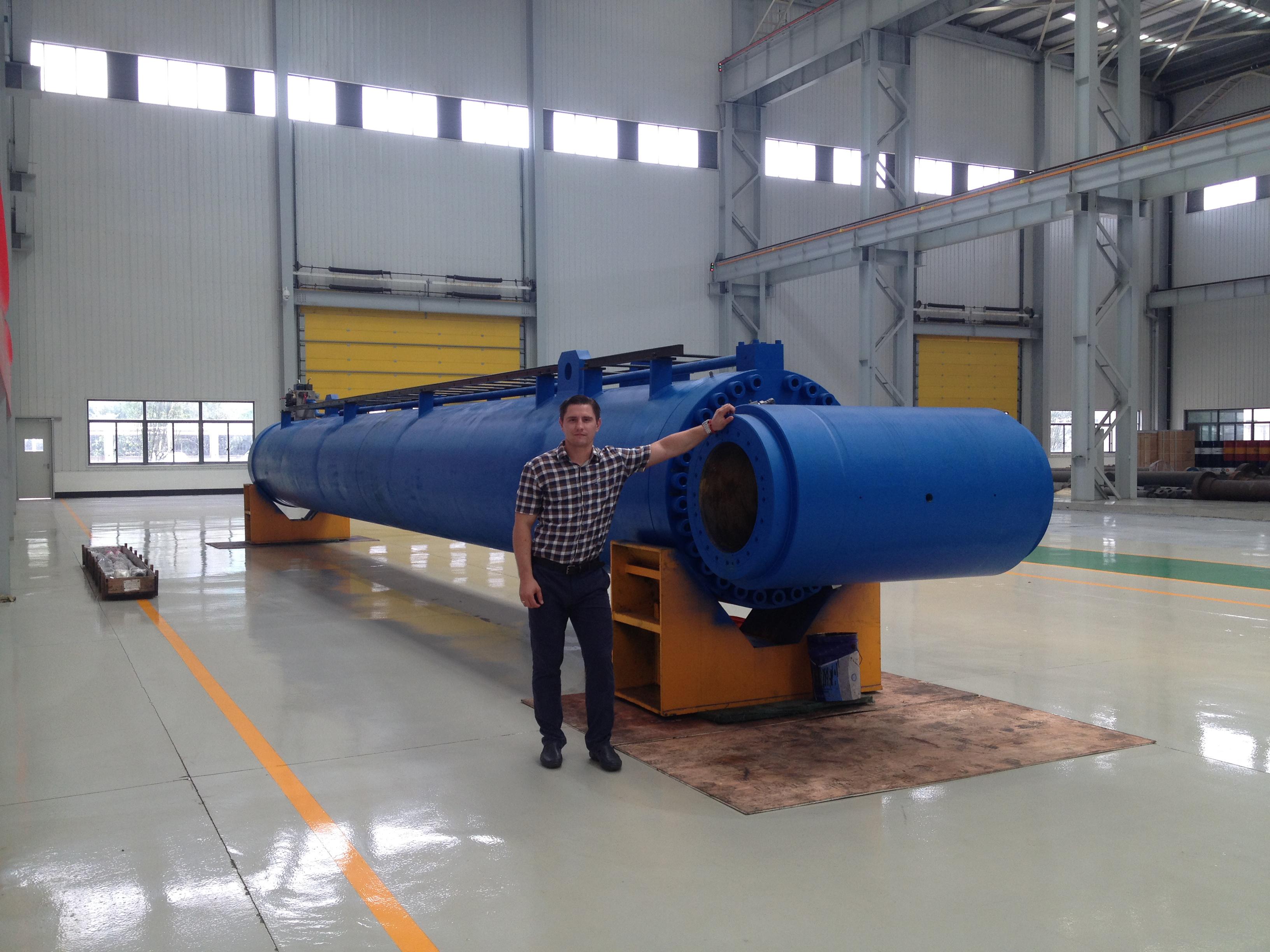 Директор представительства Gidroast в РФ, А.Н.Романов, на фоне гидроцилнидра произведенного для США