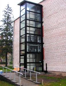 Гидравлический лифт, пристроенный к жилому зданию