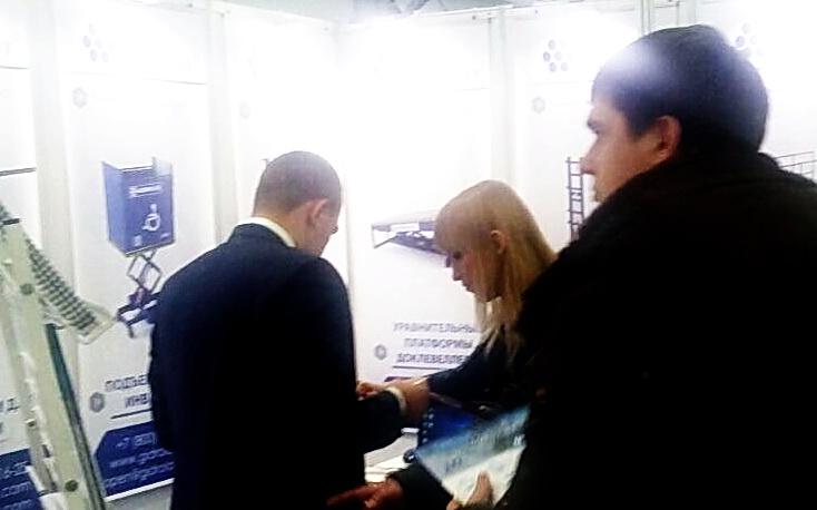 Посетители стенда Гидроласт на выставке в Казани